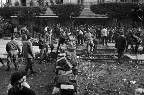 La Guerre d'Algérie en images Barricades-a-alger-1960