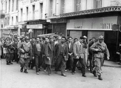 La Guerre d'Algérie en images Casbah_prisonnier_1960