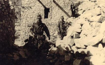 La Guerre d'Algérie en images Aures-descente-dans-un-village