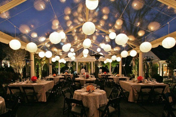 Um Grande Momento - Página 8 Outdoor-wedding-reception-in-clear-tent-with-globe-lights