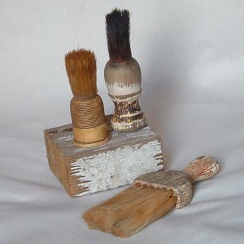 deux exemples de blaireaux très anciens Shaving_brushes1