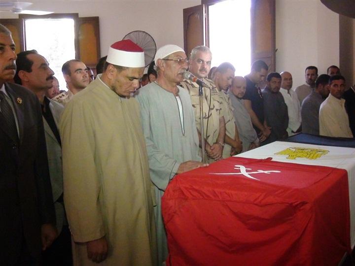 بالصور.. جنازة عسكرية لشهيد القوات المسلحة في مسقط رأسه بالمحلة 512