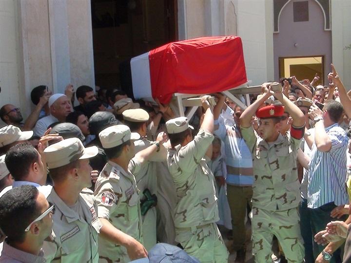 بالصور.. جنازة عسكرية لشهيد القوات المسلحة في مسقط رأسه بالمحلة 516