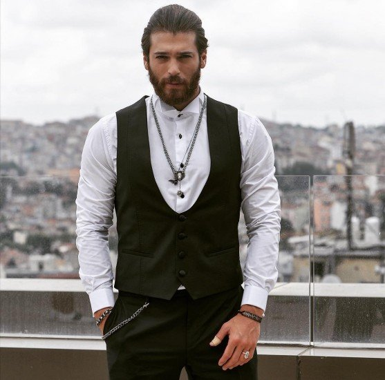 ¿Cuánto mide Can Yaman? - Altura - Real height Can-Yaman-in-a-traditional-Black-Sea-cloth