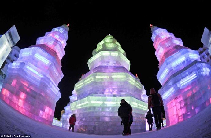 Arte efímero, esculturas en hielo y nieve Incre%C3%ADbles-esculturas-de-hielo-cobran-vida-a-trav%C3%A9s-de-luces-LED-Harbin-1