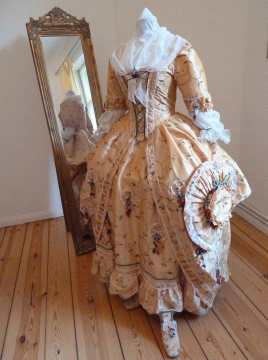 Robes du XVIIIe siècle 181528_191098287581803_100000448983098_582437_1660616_n