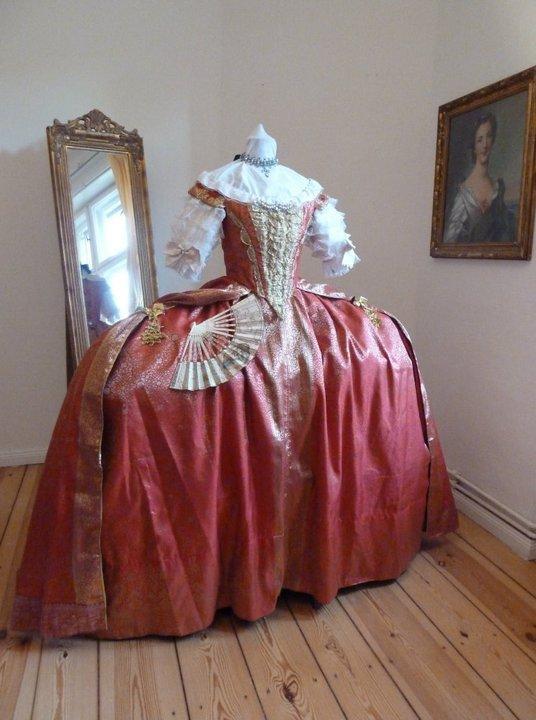 Robes du XVIIIe siècle 181689_191097000915265_100000448983098_582393_7619623_n