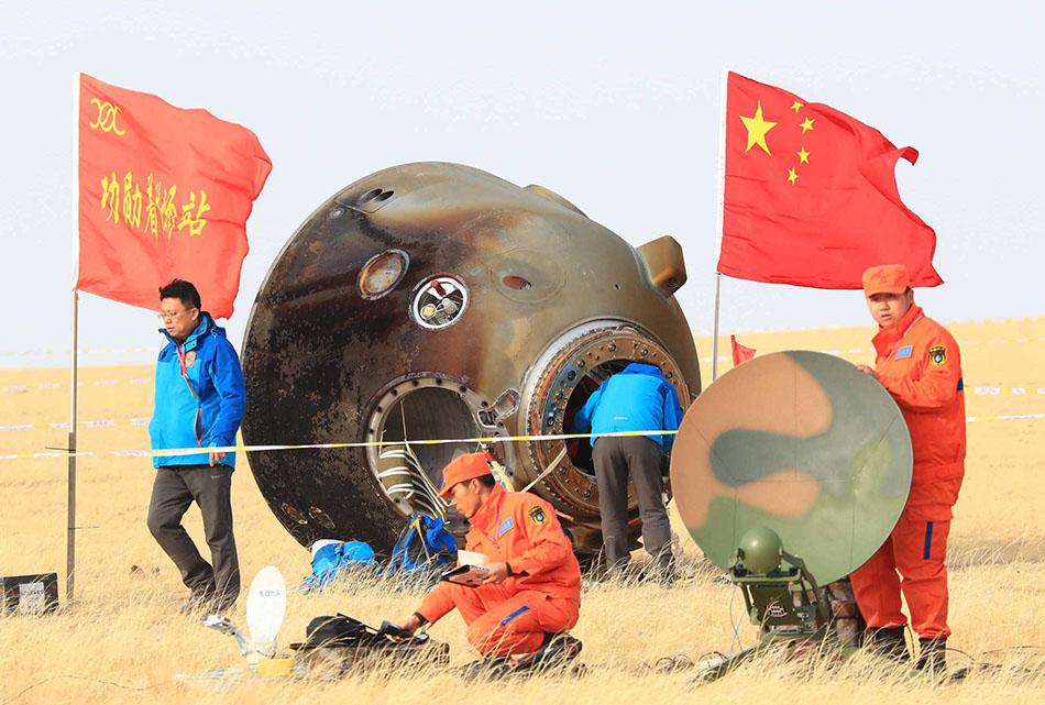 [Chine] Suivi de la mission Shenzhou-11 - Tiangong 2 - Page 5 2016-11-19-Shenzhou-11-les-deux-ta%C3%AFkonautes-retournent-sur-Terre-06