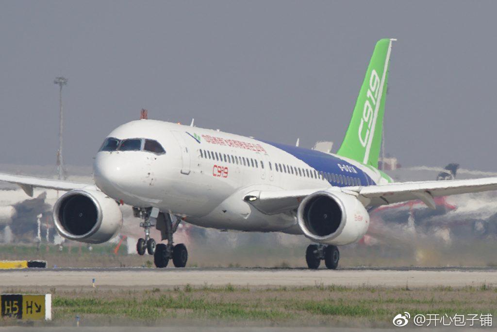 [Aviation] C919, Premier avion de ligne single-aisle chinois - Page 2 Militaire-C919-0226-2017-04-23-%C2%A7%E5%BC%80%E5%BF%83%E5%8C%85%E5%AD%90%E9%93%BA-%E4%BB%8A%E6%97%A5%E4%B8%8A%E5%8D%88C919%E5%AE%A2%E6%9C%BA%E5%9C%A8%E6%B5%A6%E4%B8%9C%E6%9C%BA%E5%9C%BA%E8%BF%9B%E8%A1%8C%E4%BA%86%E4%B8%A4%E6%AC%A1%E9%AB%98%E6%BB%91%E6%8A%AC%E5%89%8D%E8%BD%AE%E8%AF%95%E9%AA%8C%EF%BC%8C%E4%B8%A4%E6%AC%A1%E6%8A%AC%E8%BD%AE%E9%83%BD%E5%B9%B2%E5%87%80%E5%88%A9%E8%90%BD%E7%9A%84%E5%AE%8C%E6%88%90%E3%80%82-1024x683