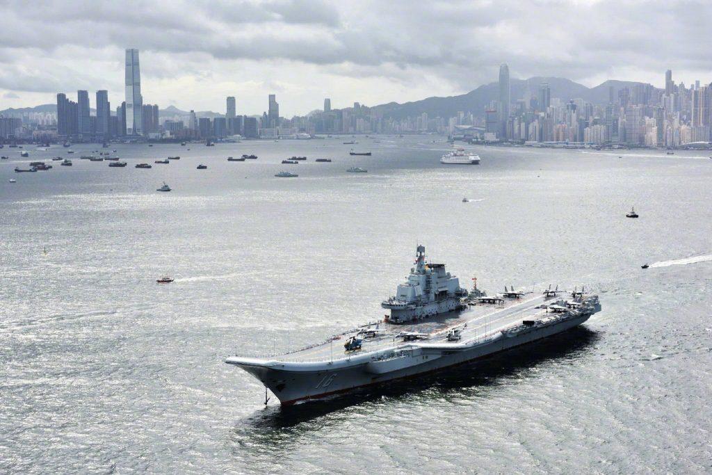 Type 001 (ex Varyag) - Porte-Avions STOBAR - Page 23 2017-07-07-Escale-historique-du-porte-avions-Liaoning-%C3%A0-Hong-Kong-28-1024x683
