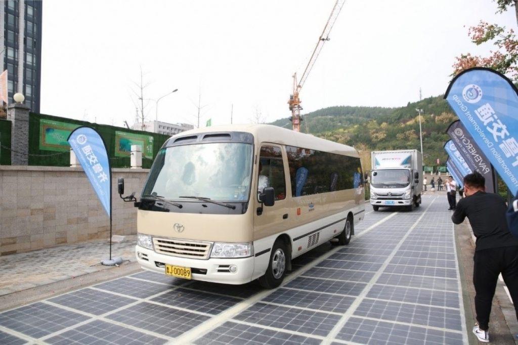 [Information] Autour de la Chine... - Page 28 2017-10-05-La-1%C3%A8re-route-photovolta%C3%AFque-de-d%C3%A9monstration-en-Chine-06-1024x682