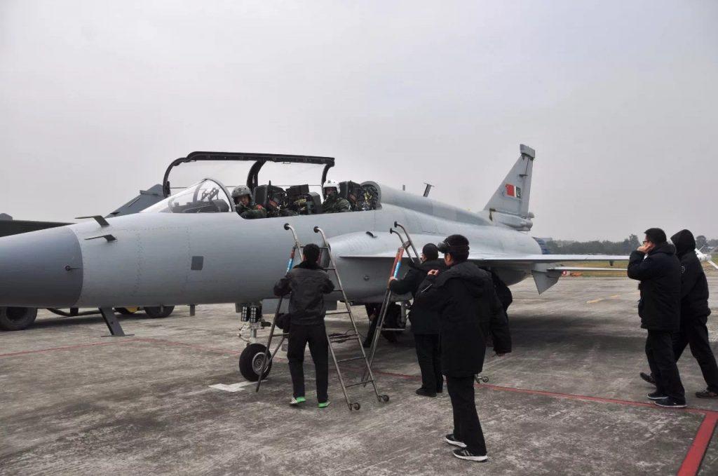 [Information] Exportation des Armements Chinois - Page 10 2017-12-12-Les-pilotes-chinois-et-pakistanais-volent-sur-le-m%C3%AAme-JF-17B-04-1024x679
