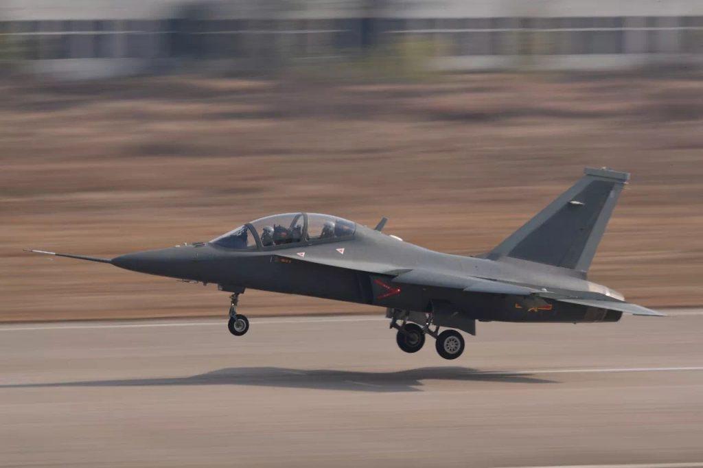 [Aviation] JL-10 / L-15 - Page 2 2017-12-22-L-15B-1er-vol-r%C3%A9ussi-de-la-variante-dattaque-au-sol-de-JL-10-03-1024x682