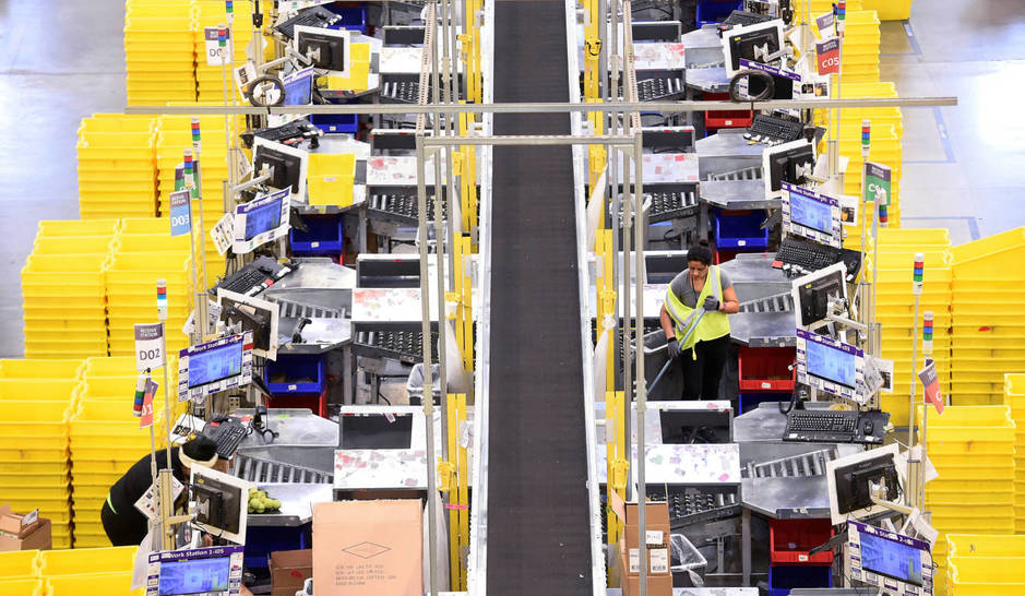 Amazon. Si no eres capaz de cumplir con las expectativas anteriormente expuestas, puedes ser despedido. A-worker-cleans-a-processing-area-for-incoming-products-at-an-amazon-fulfillment-center-on-cyber-monday-in-tracy-california-u-s-november-28-2016-reuters-noah-berger