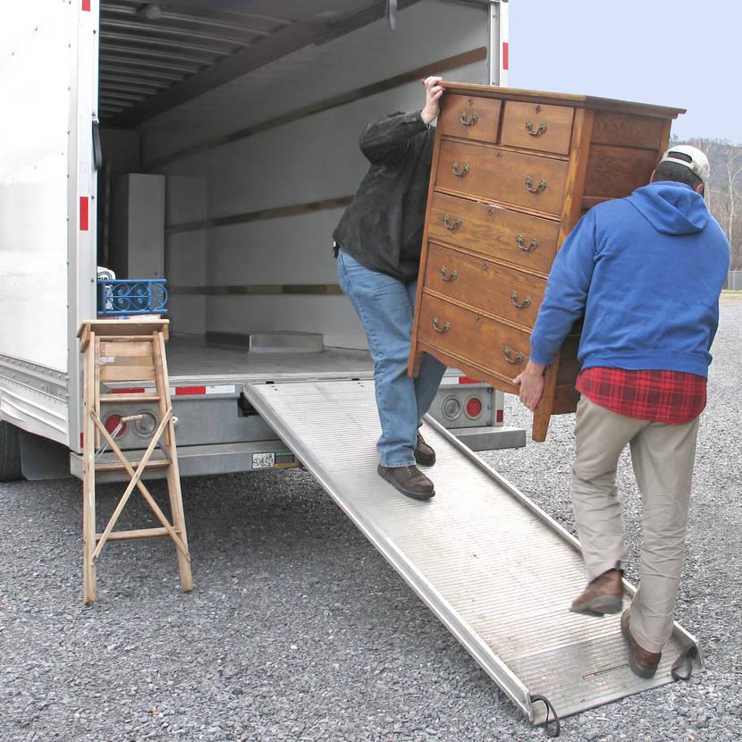 خدمات فك وتركيب ونقل عفش بالرياض Moving-van_-Christina-Richards-e1594871249444