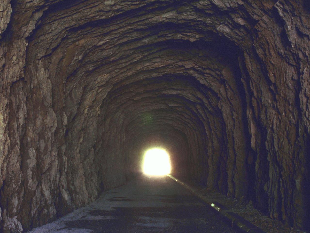Le meilleur film de votre point de vue - Page 8 Edenpics-com_001-068-Perspective-du-tunnel-aux-voutes-de-roches-naturelles-avec-une-forte-lumiere-a