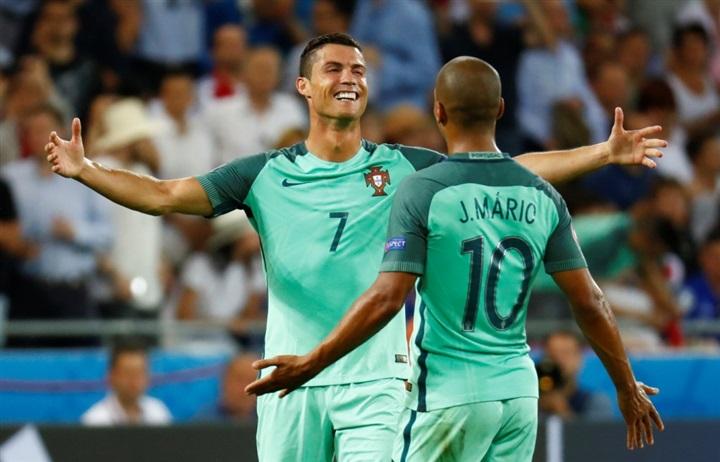 بالصور.. احتفالات صاخبة لنجوم البرتغال بالصعود لنهائي يورو 2016 على حساب ويلز  43