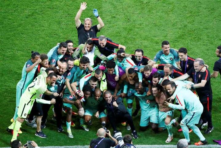 بالصور.. احتفالات صاخبة لنجوم البرتغال بالصعود لنهائي يورو 2016 على حساب ويلز  45