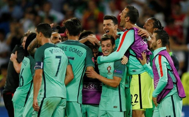 بالصور.. احتفالات صاخبة لنجوم البرتغال بالصعود لنهائي يورو 2016 على حساب ويلز  46