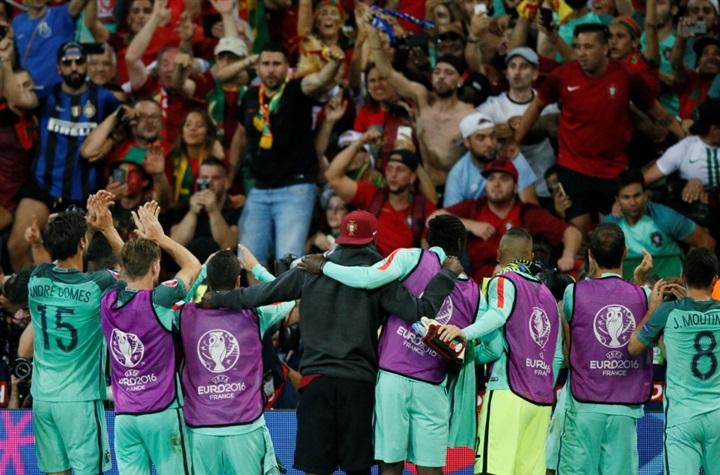 بالصور.. احتفالات صاخبة لنجوم البرتغال بالصعود لنهائي يورو 2016 على حساب ويلز  48