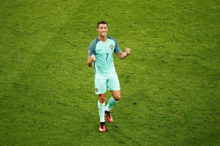 بالصور.. احتفالات صاخبة لنجوم البرتغال بالصعود لنهائي يورو 2016 على حساب ويلز  49