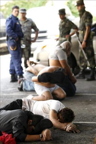 los delincuentes, incluidos los militares criminales  Militares2_med