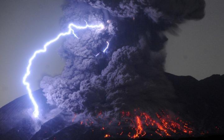Descargas eléctricas sobre el volcán Sakurajima en Japón  Asahi-Shumbun-398848499239011