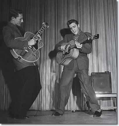 Guitares Electriques: Histoire et Discussion Elvis_new_frontier_hotel_april_1956f