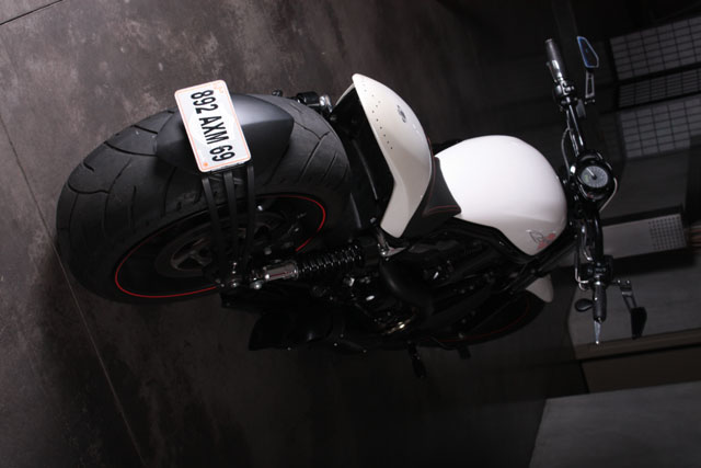 Le Nouveau Lèche Roue Bavette CB1000R - Page 2 Harley-davidson-night-rod-special-yacouba-arriere