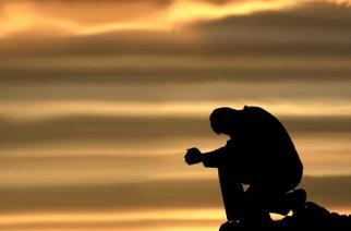 Benvenuti nel mio Regno :) Uomo-di-fede-prega-dio