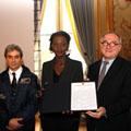 STS-126 et la Déclaration Universelle des Droits de l'Homme P016631-dg-min-hand-over_S