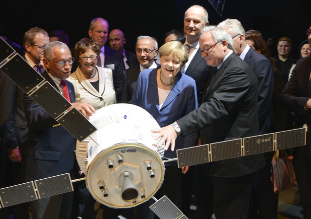 Orion-MPCV: quelle participation de l'Europe ? - Page 10 Angela_Merkel_visits_the_Space_for_Earth_space_pavilion_at_ILA_node_full_image