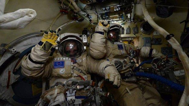 "notizie ""astronomiche"" - Pagina 7 Yuri_and_Sergei_before_spacewalk_large"