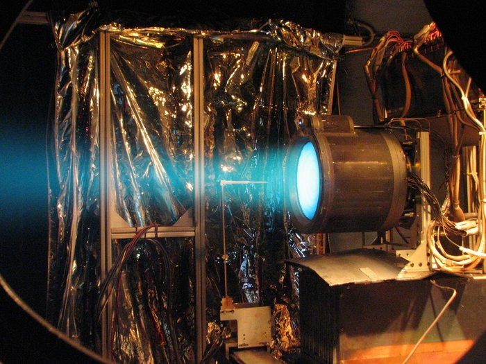 Préparation de la mission BepiColombo (Mercure) - Page 3 T6_ion_thruster_firing_node_full_image_2