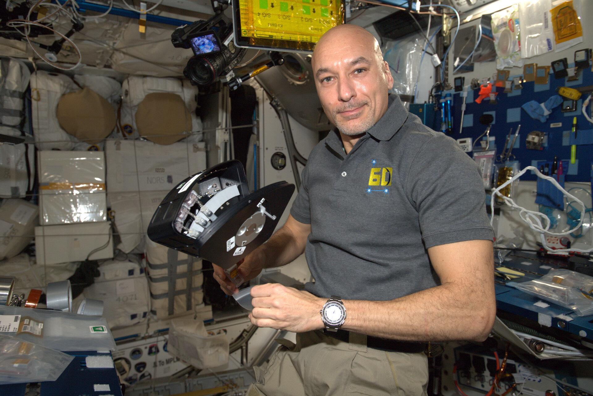 Télécommande d'un robot explorateur par un astronaute en orbite Luca_running_science_on_Station_pillars