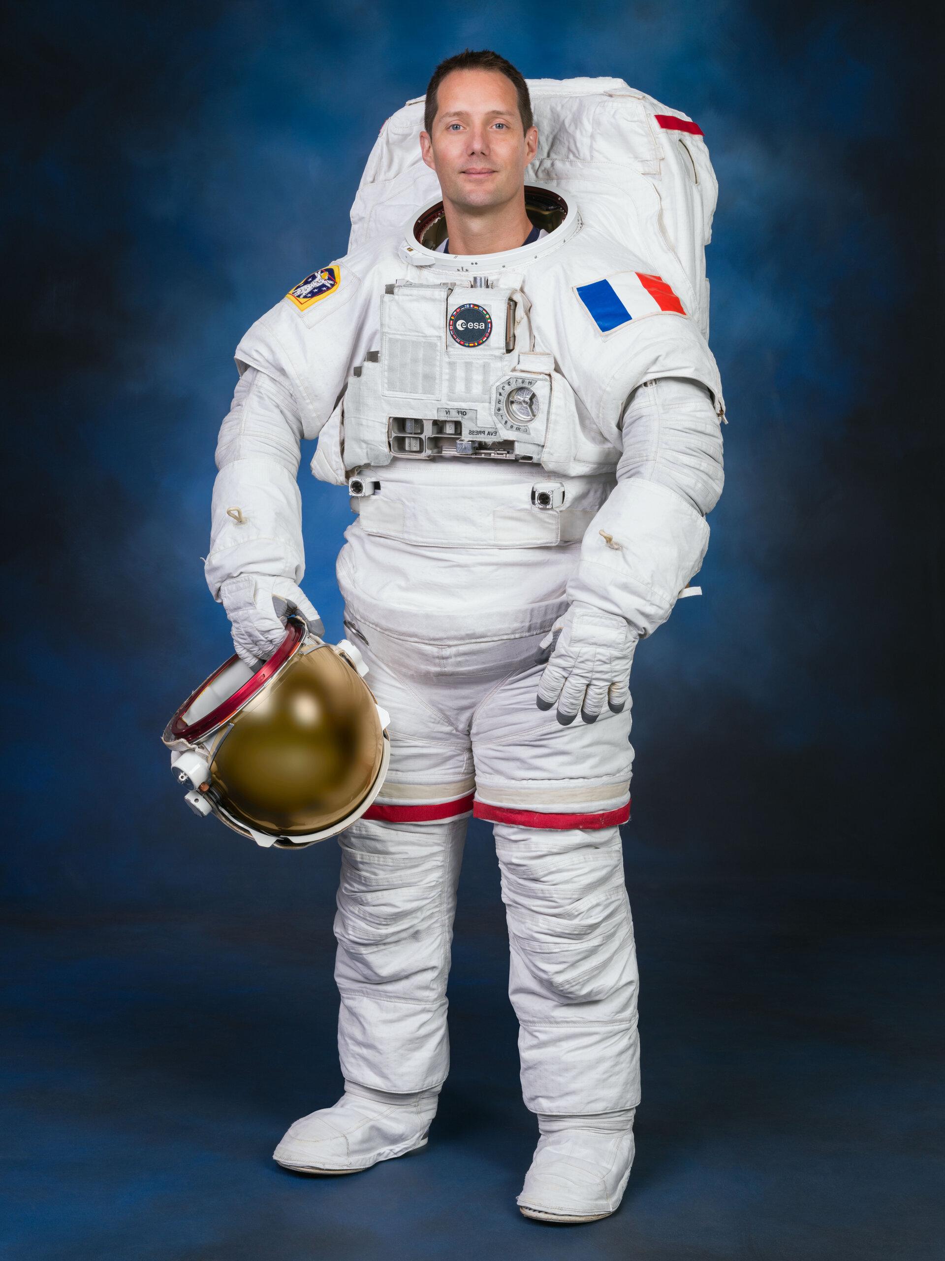 Thomas Pesquet - Astronaute français - Page 16 ESA_astronaut_Thomas_Pesquet_in_the_US_spacewalk_suit_pillars