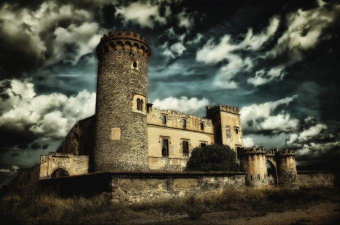 Los lugares abandonados más espectaculares de España Castillo-Colonia-Guell-680x450