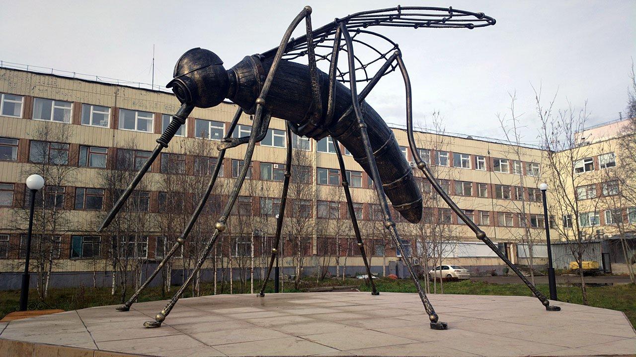 Скульптуры, памятники и монументы Pamyatnik_komaru