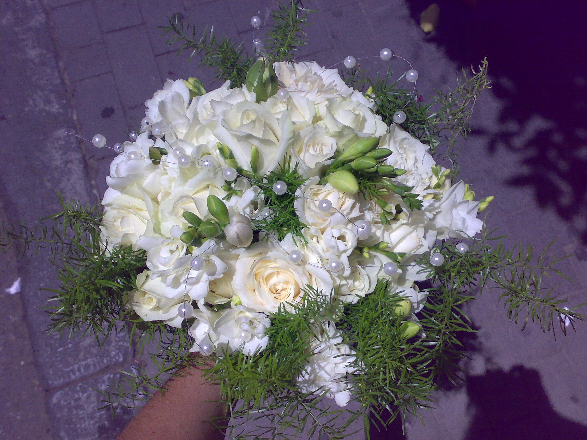 DOMENICA 25 NOVEMBRE - Pagina 7 Bouquet-rose-bianche-perle-rami