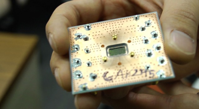 Theater of parallel Universe - Page 3 2d-qubit-chip1-640x353