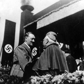 Os nossos novos amiguinhos refugiados  Hitler-Priest