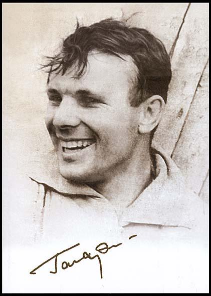 Des timbres pour le 75ème anniversaire de la naissance de Gagarine Postcard_russia_2009_gagarin_l