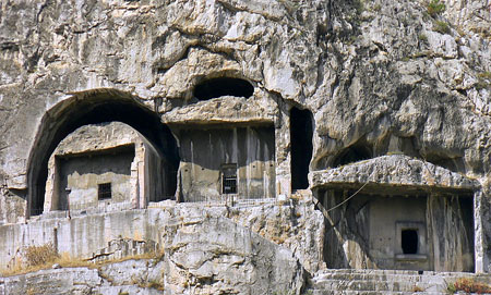 Who Built The Kapilikaya Rock Tomb? 607_Amasya_rock_tombs