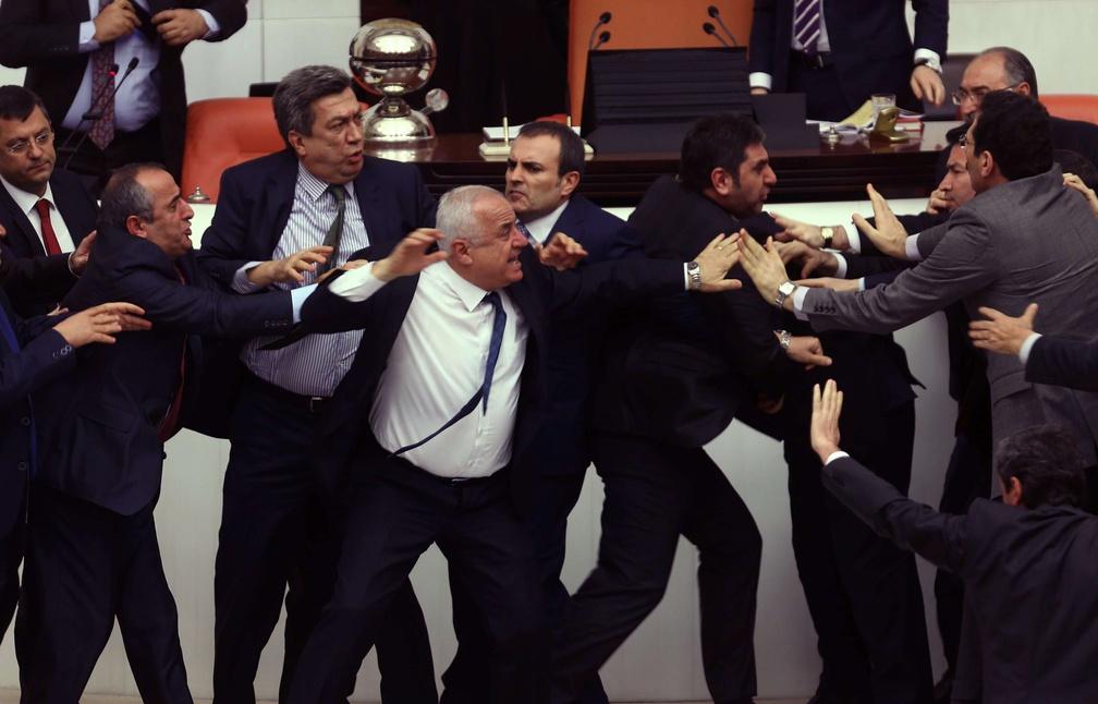 [Jeu] Suite d'images !  - Page 32 1008x646_deputes-pleine-bagarre-generale-parlement-turc-ankara-19-fevrier-2015
