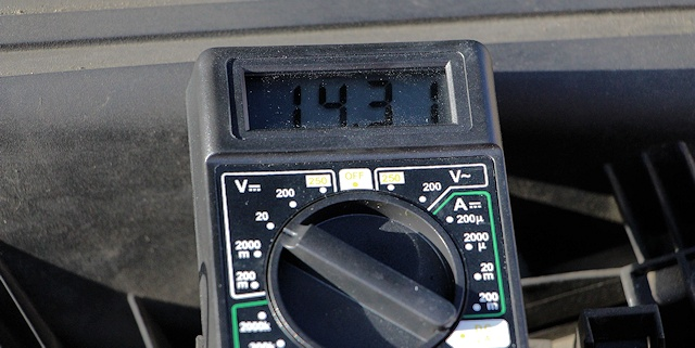 Comment testé un alternateur  Voltage-multimetre
