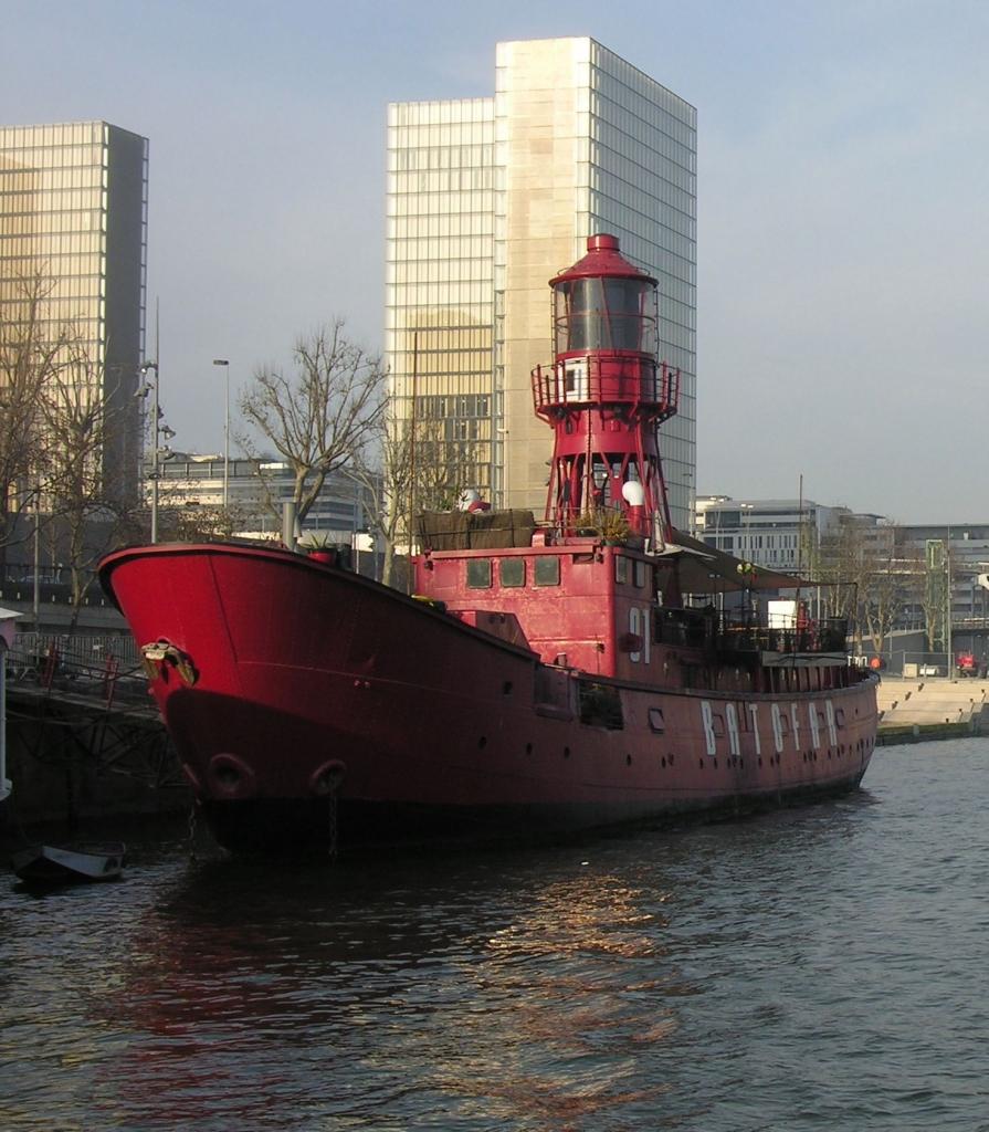 Bateaux phare ailleurs qu'en Bretagne Batofar_pjl