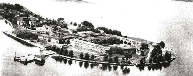 Mundo de Tinieblas: Lugares y Personajes. - Página 2 795px-Fort_Schuyler_Aerial_1924