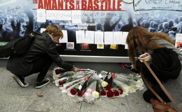 """""""Les amants de la Bastille"""" : recueillement après la mort du directeur technique 2854254"""