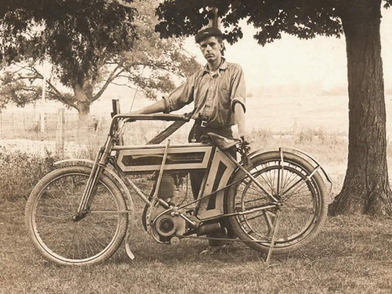 Vieilles photos (pour ceux qui aiment les anciennes photos de bikers ou autre......) Excelsior_Auto_Cycle