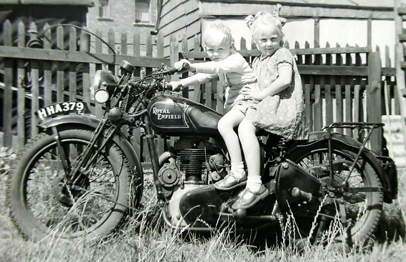 Vieilles photos (pour ceux qui aiment les anciennes photos de bikers ou autre......) Royal_Enfield_Motorcycle